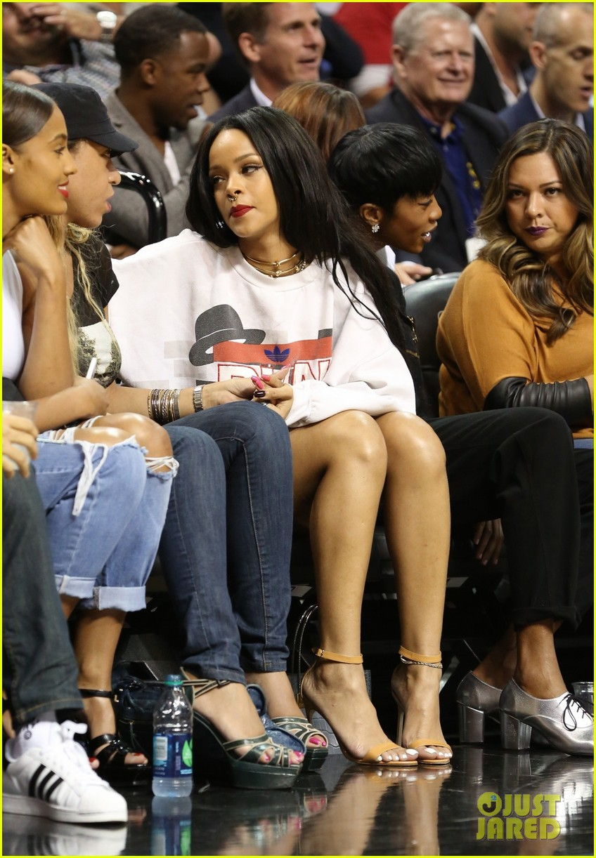 rihanna watches chris brown play basketball in courtside seats 203180652