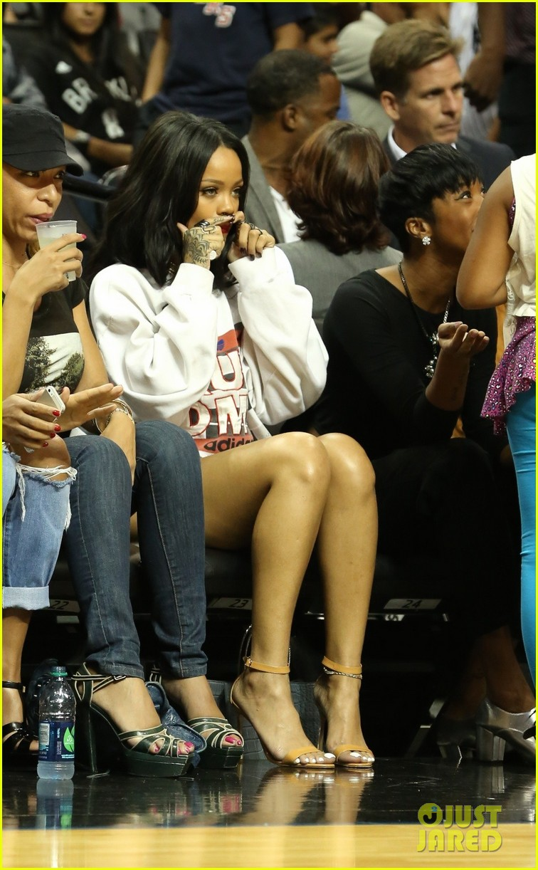 rihanna watches chris brown play basketball in courtside seats 223180654