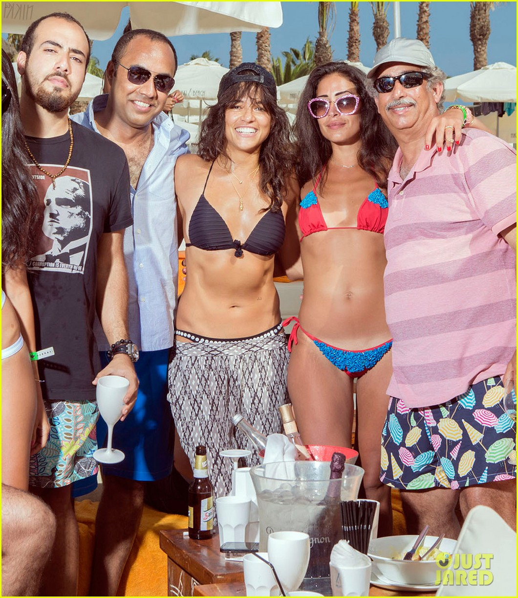 michelle rodriguez climbs a house like a ninja succeeds see the video 043178489