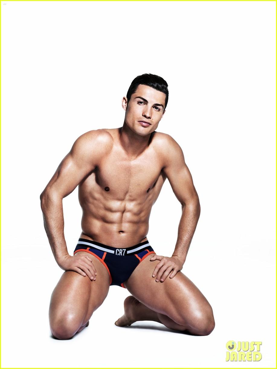 Cristiano Ronaldo Displays His Amazing Shirtless Body in His Underwear ...