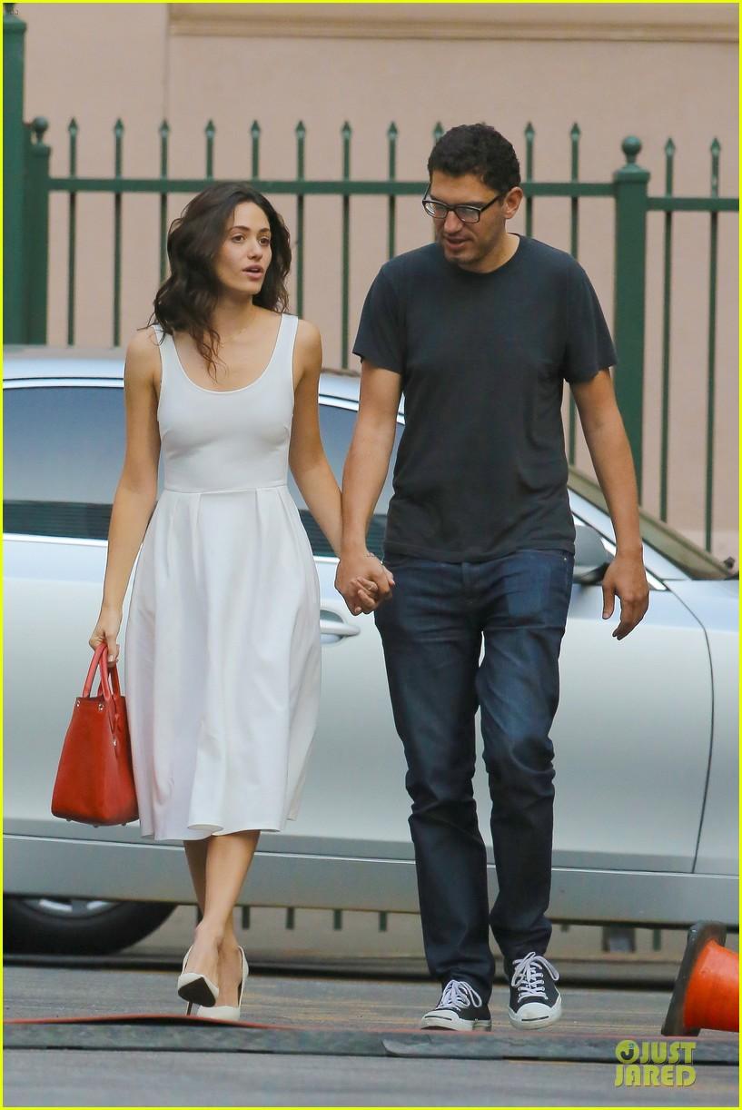 emmy rossum boyfriend sam esmail hold hands on shameless set 013173420