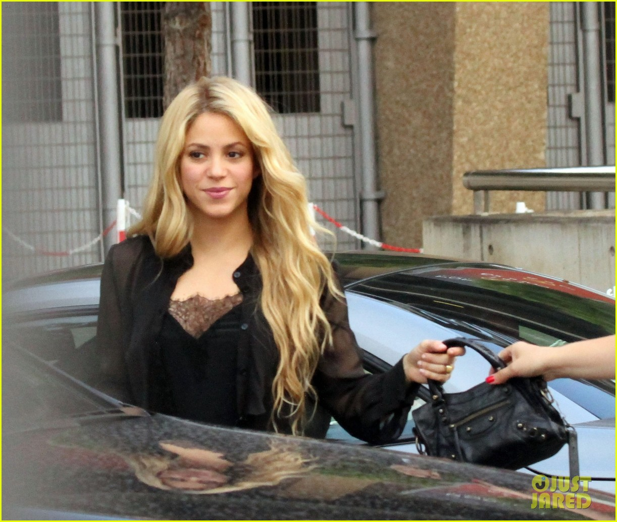 shakira steps out after announcing pregnancy news 033186318