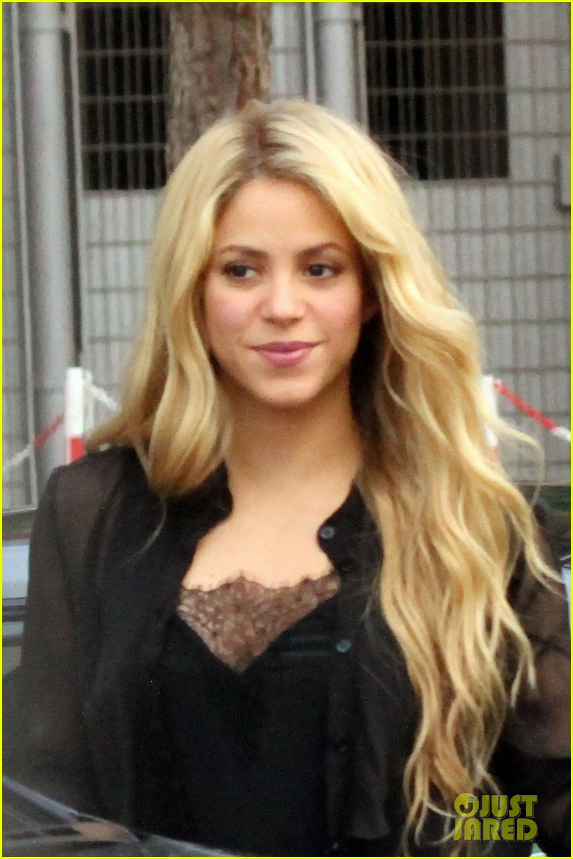 shakira steps out after announcing pregnancy news 053186320