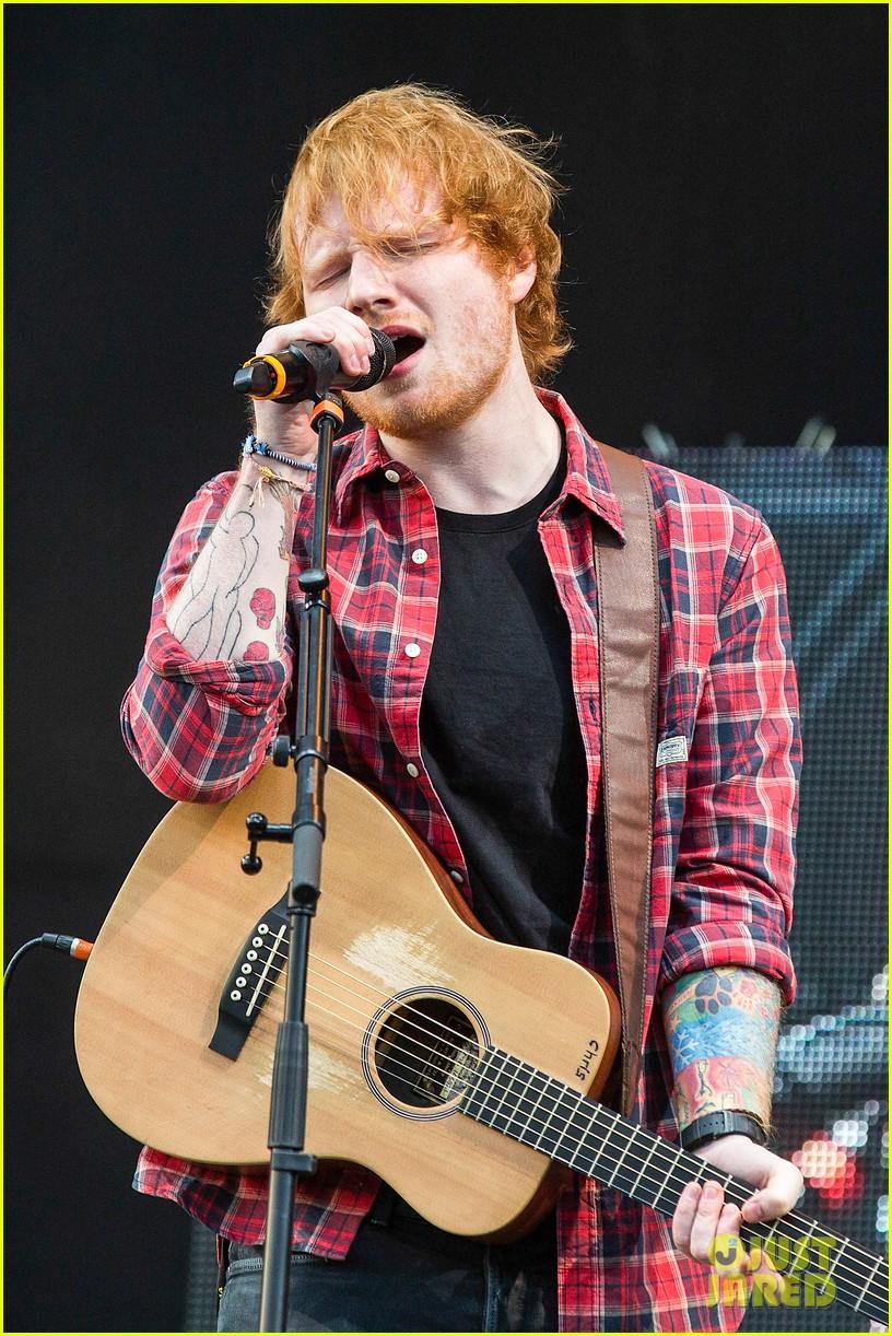 ed sheeran v festival performance sing 093177595