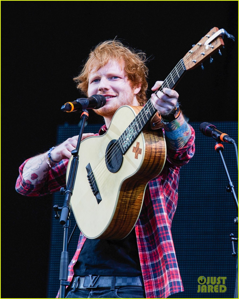 ed sheeran v festival performance sing 103177596