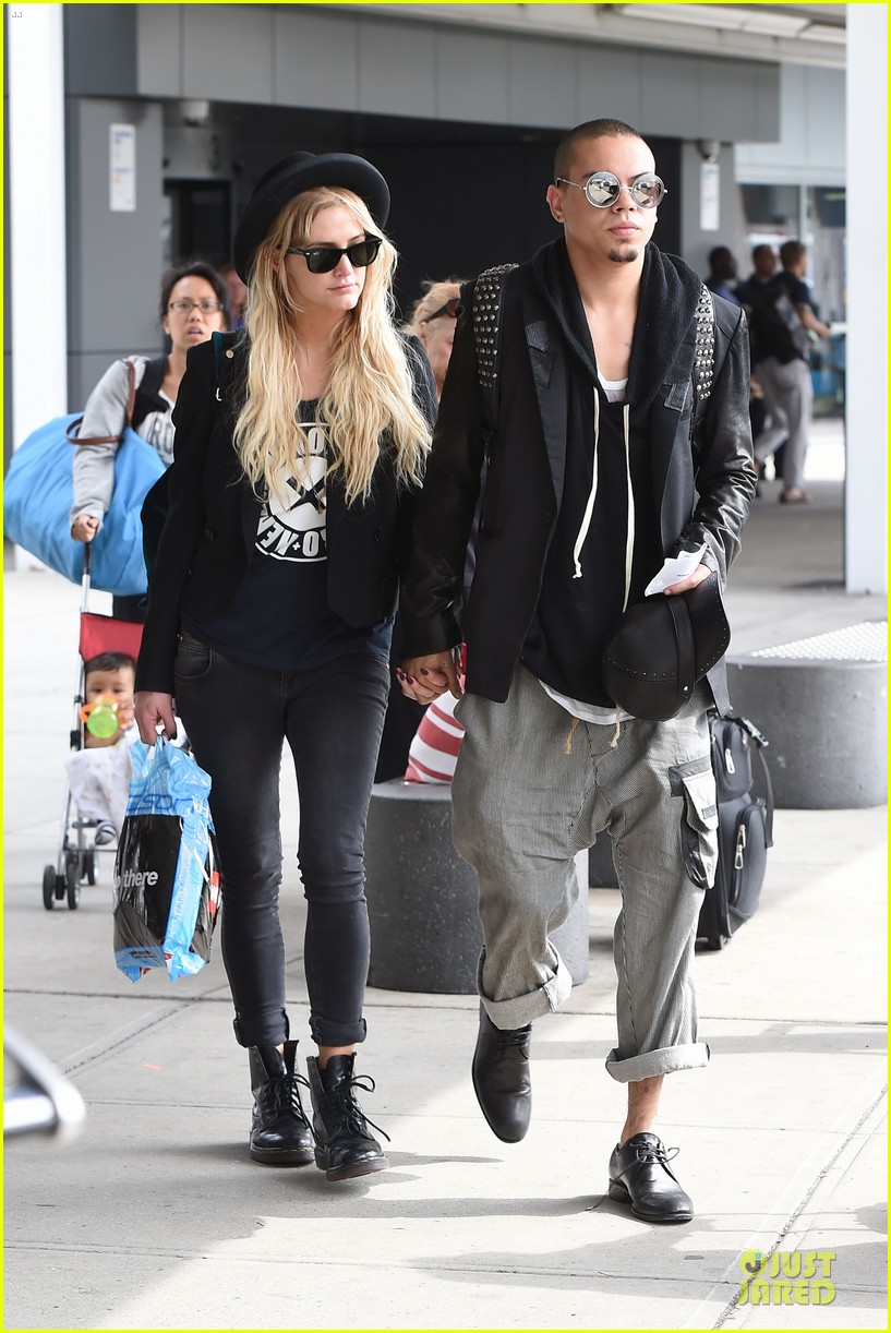 ashlee simpson evan ross hold hands after bachelorette party 013181324