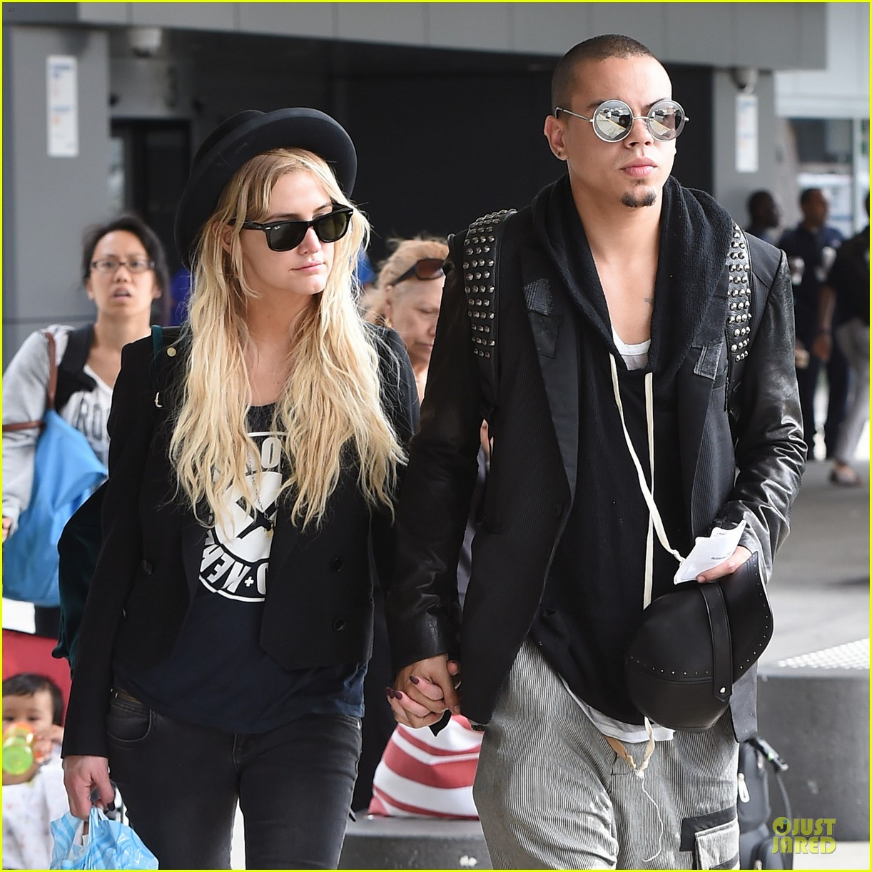 ashlee simpson evan ross hold hands after bachelorette party 023181325