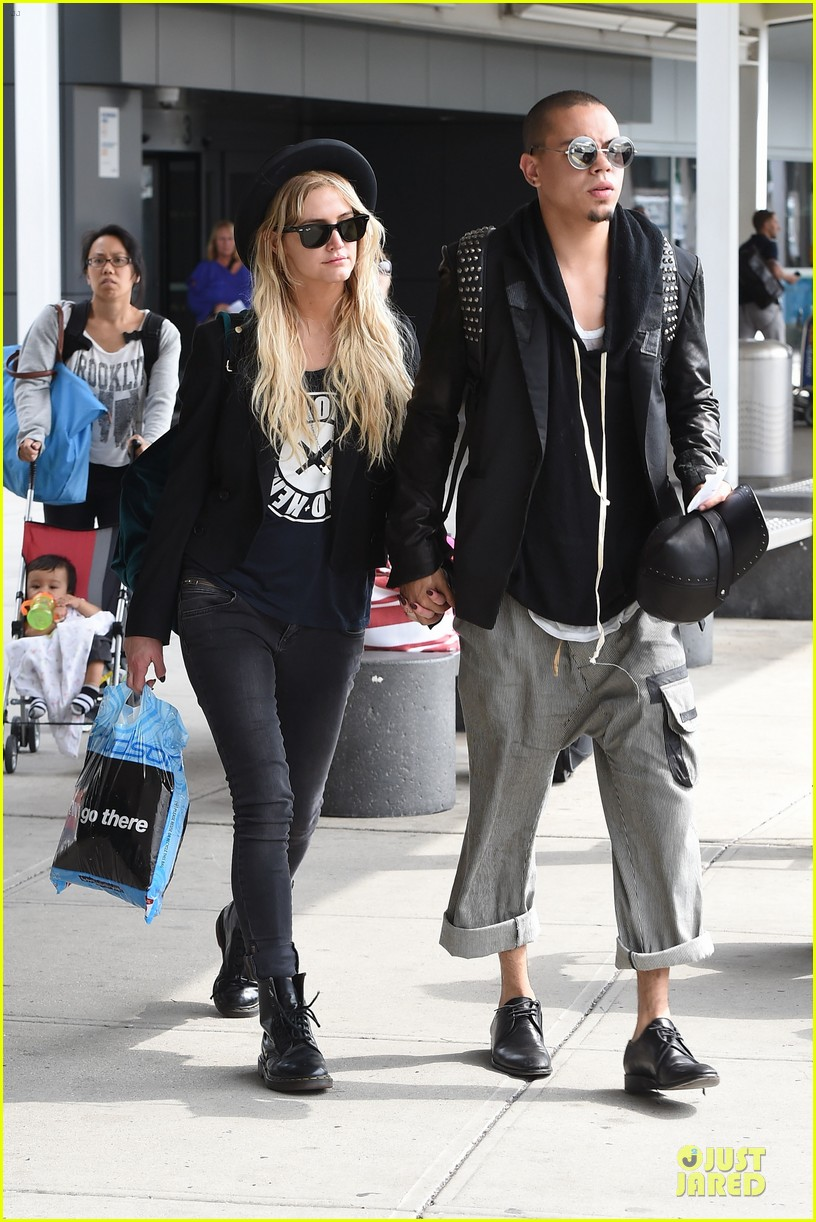 ashlee simpson evan ross hold hands after bachelorette party 093181332