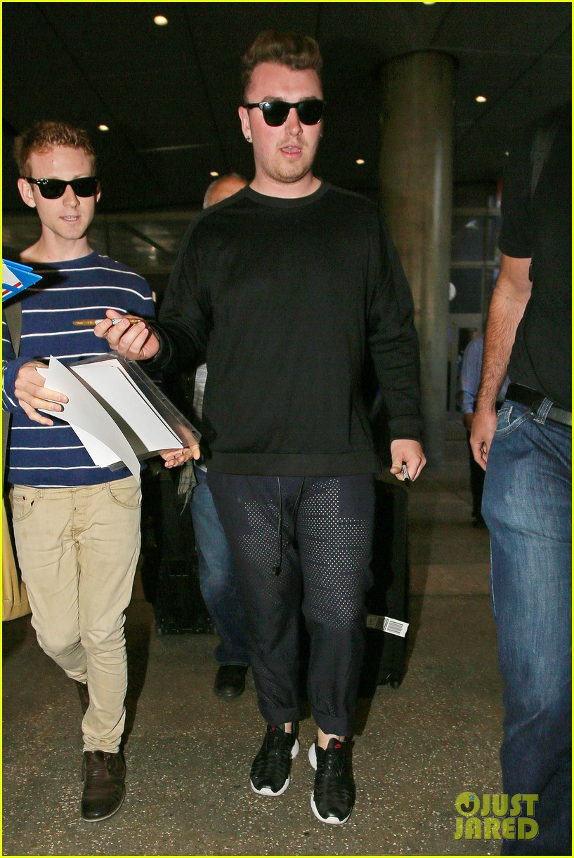 sam smith lands in los angeles for vmas performance 013180894