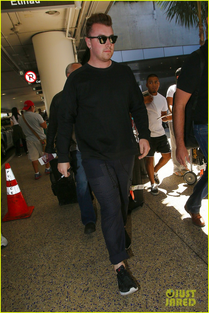 sam smith lands in los angeles for vmas performance 213180914