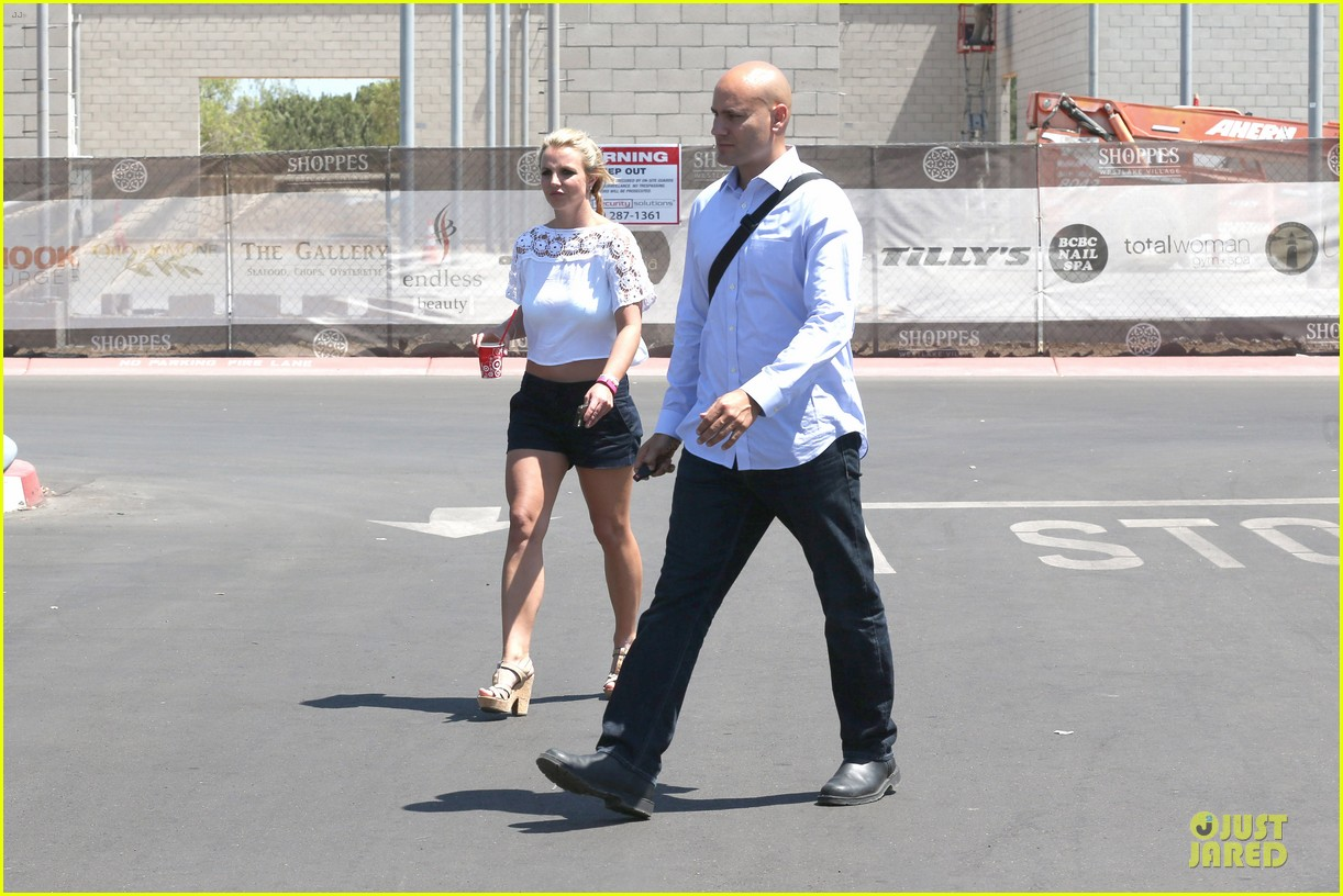 britney spears dumps ice on manager larry rudolph 033181104
