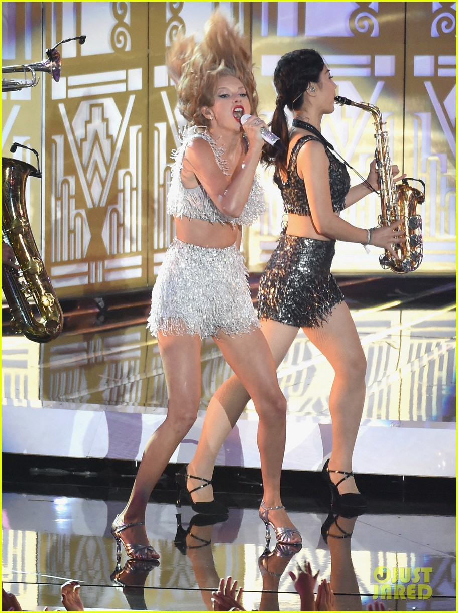 taylor swift performs shake it off live for first time at mtv vmas 2014 watch now 013182489