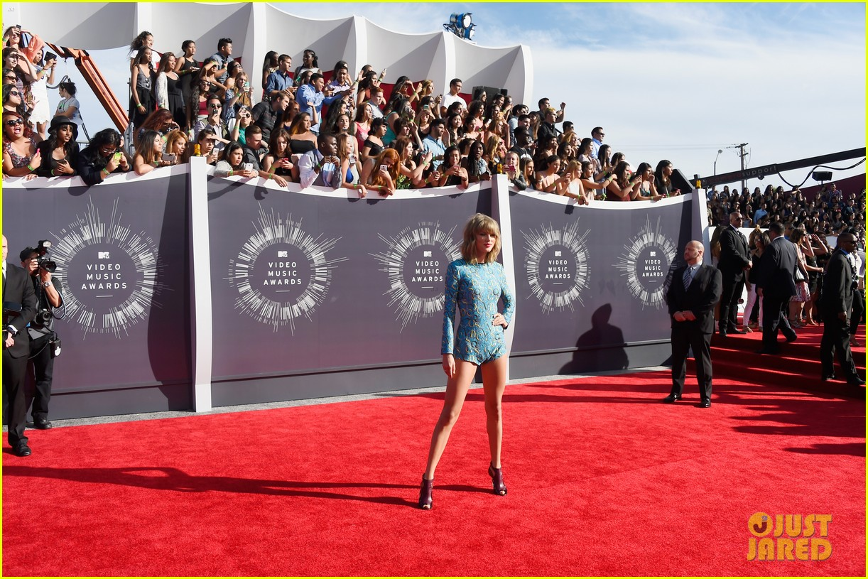 taylor swift wears tiniest romper to mtv vmas 2014 023182337