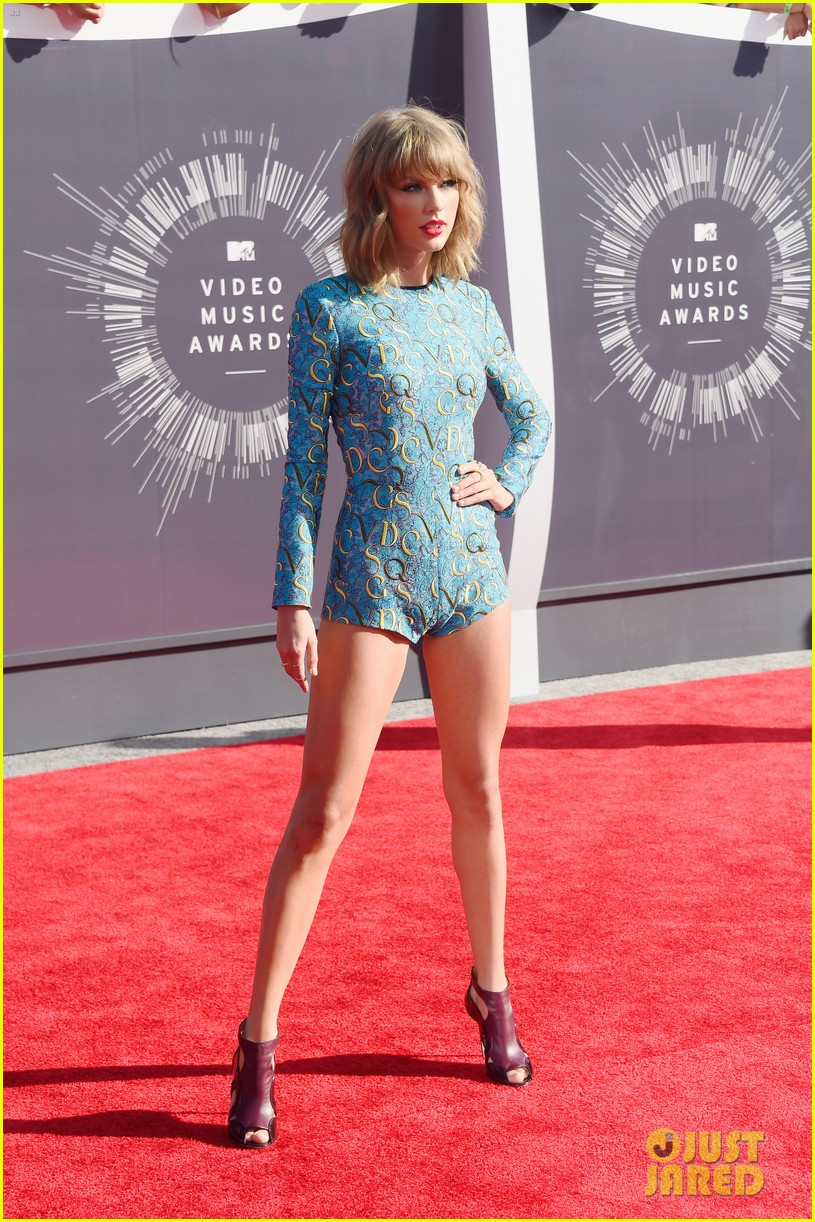 taylor swift wears tiniest romper to mtv vmas 2014 033182338
