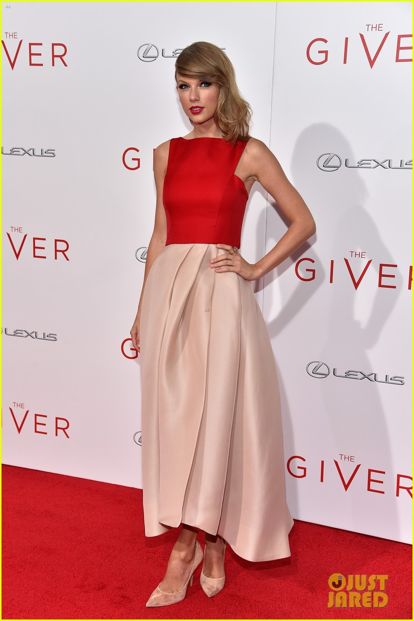 Taylor Swift Wears Her Favorite Color To The Giver Nyc Premiere