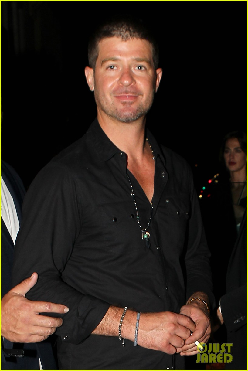 robin thicke hung out at the club with kendra wilkinson 02