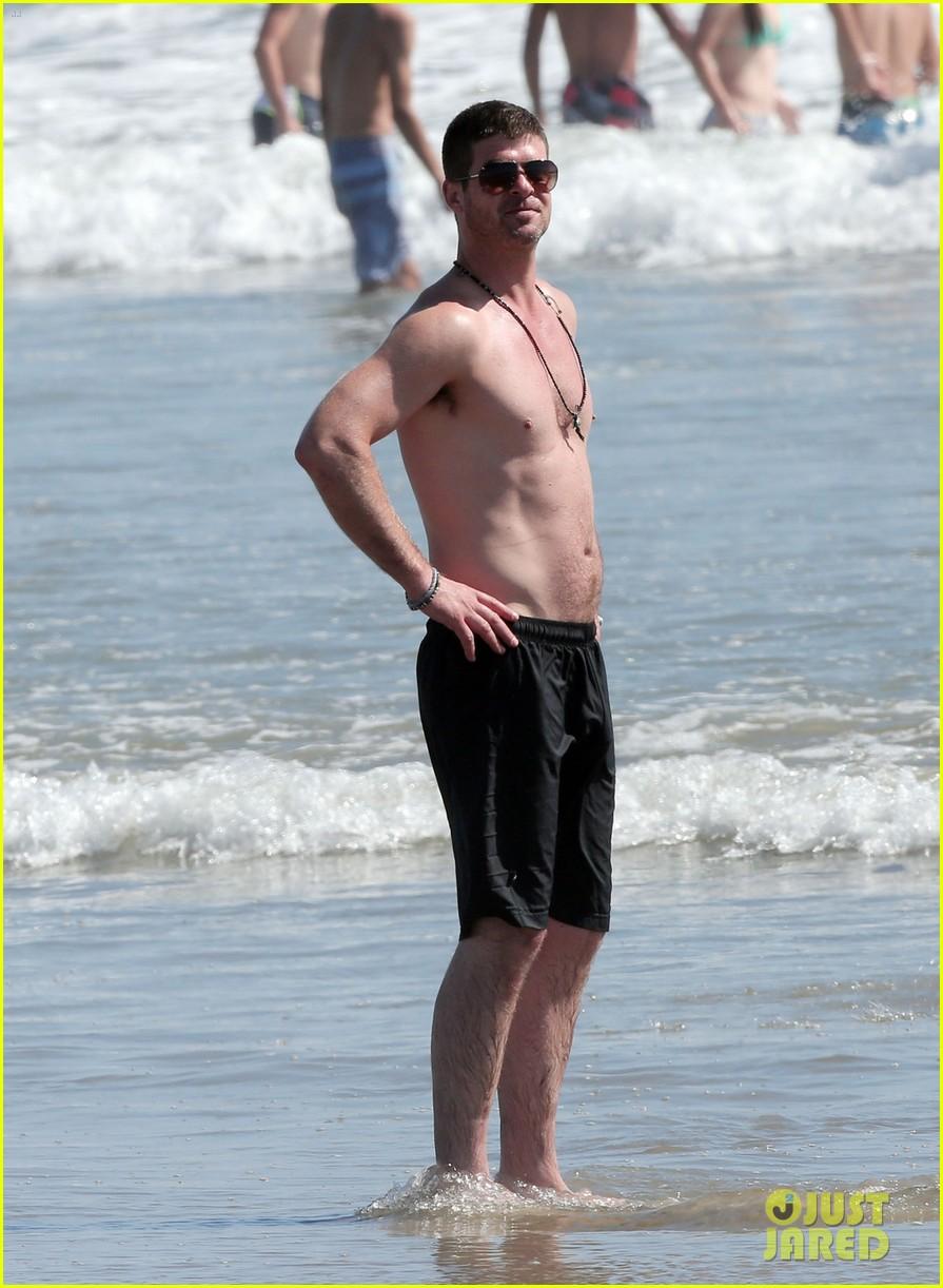 robin thicke shirtless beach 013184898