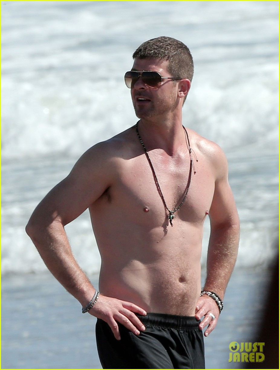 robin thicke shirtless beach 023184899