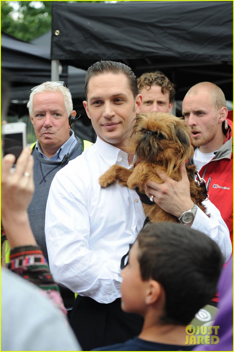tom hardy cuddles pup on set legend london 053178557