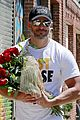 joe manganiello brings sofia vergara flowers 02