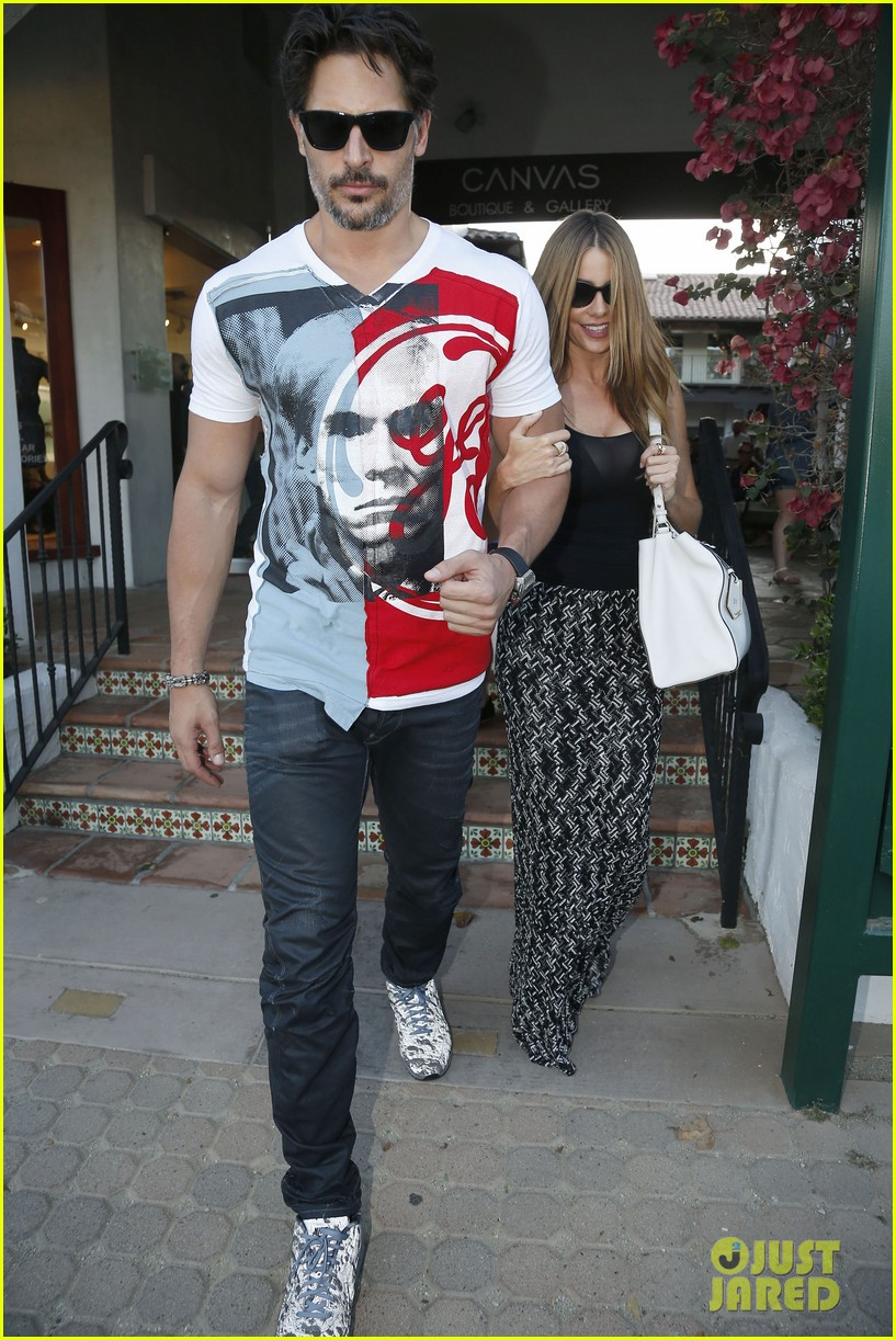 sofia vergara holds tight to joe manganiello huge bicep 163181800
