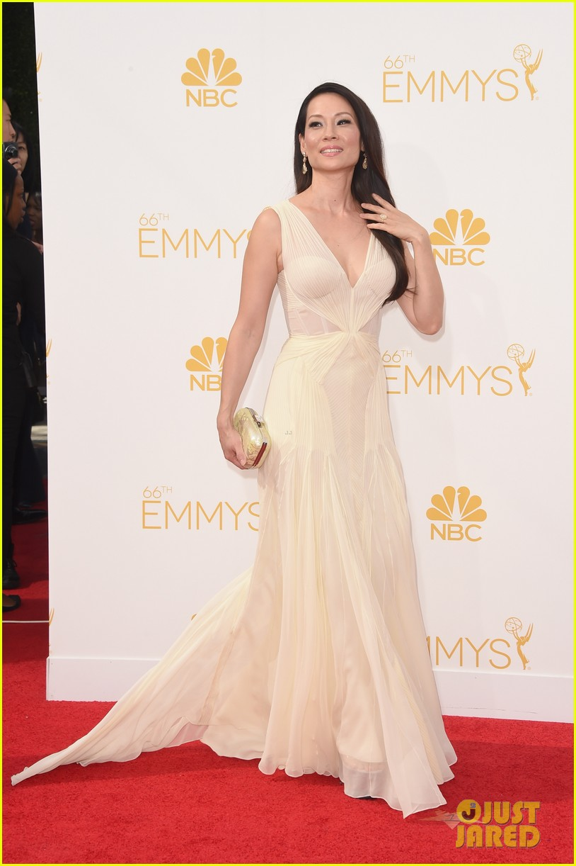kate walsh lucy liu emmy red carpet 02