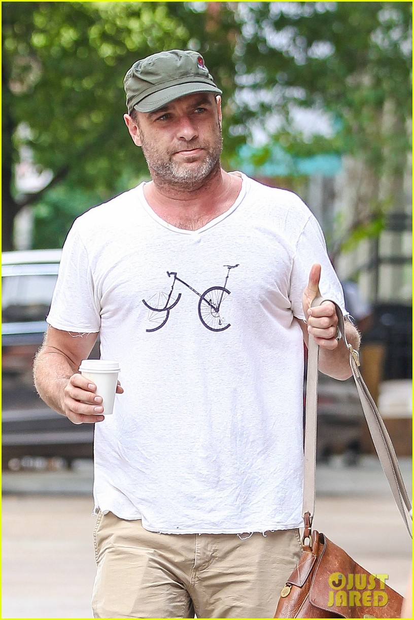 liev schreiber makes television directorial debut this sunday 023179558