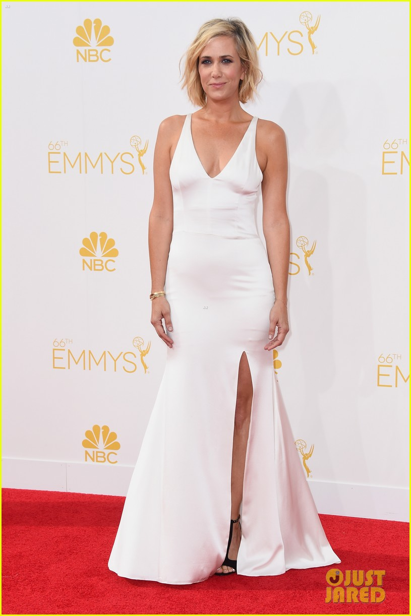 kristen wiig is so sleek in white emmys 2014 033183511