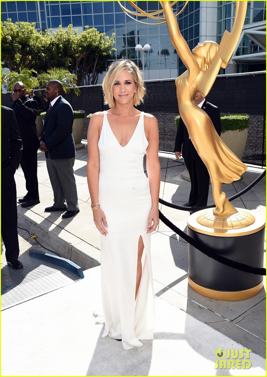 kristen wiig is so sleek in white emmys 2014 04