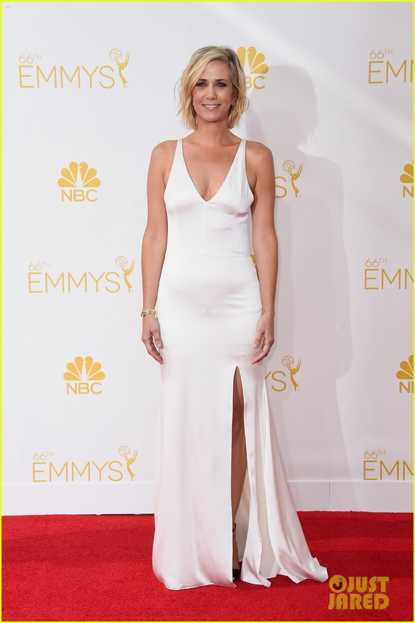 kristen wiig is so sleek in white emmys 2014 063183514