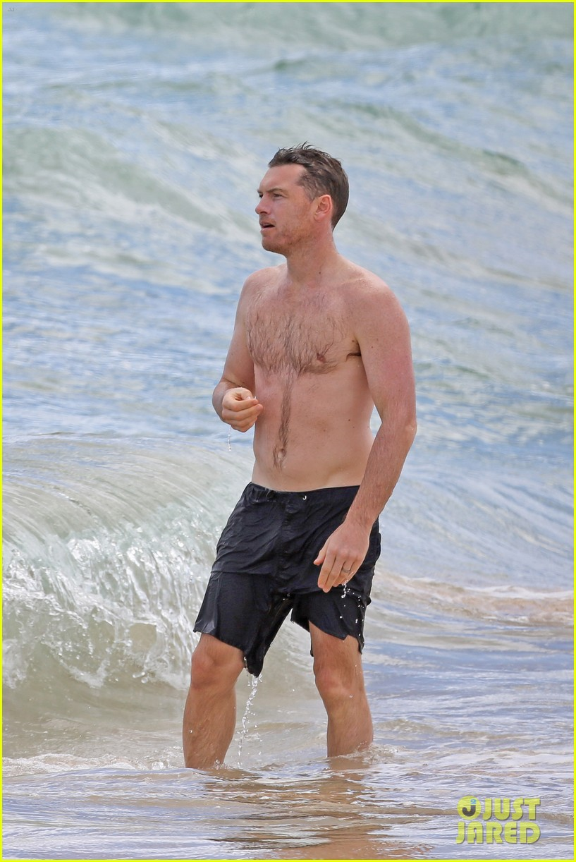 sam worthington lara bingle show off beach bodies in hawaii 01