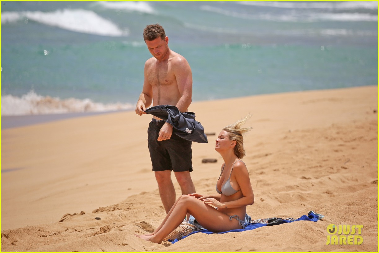 sam worthington lara bingle show off beach bodies in hawaii 203185741