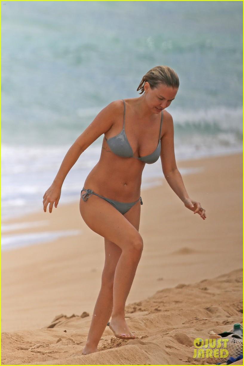 sam worthington lara bingle show off beach bodies in hawaii 233185744