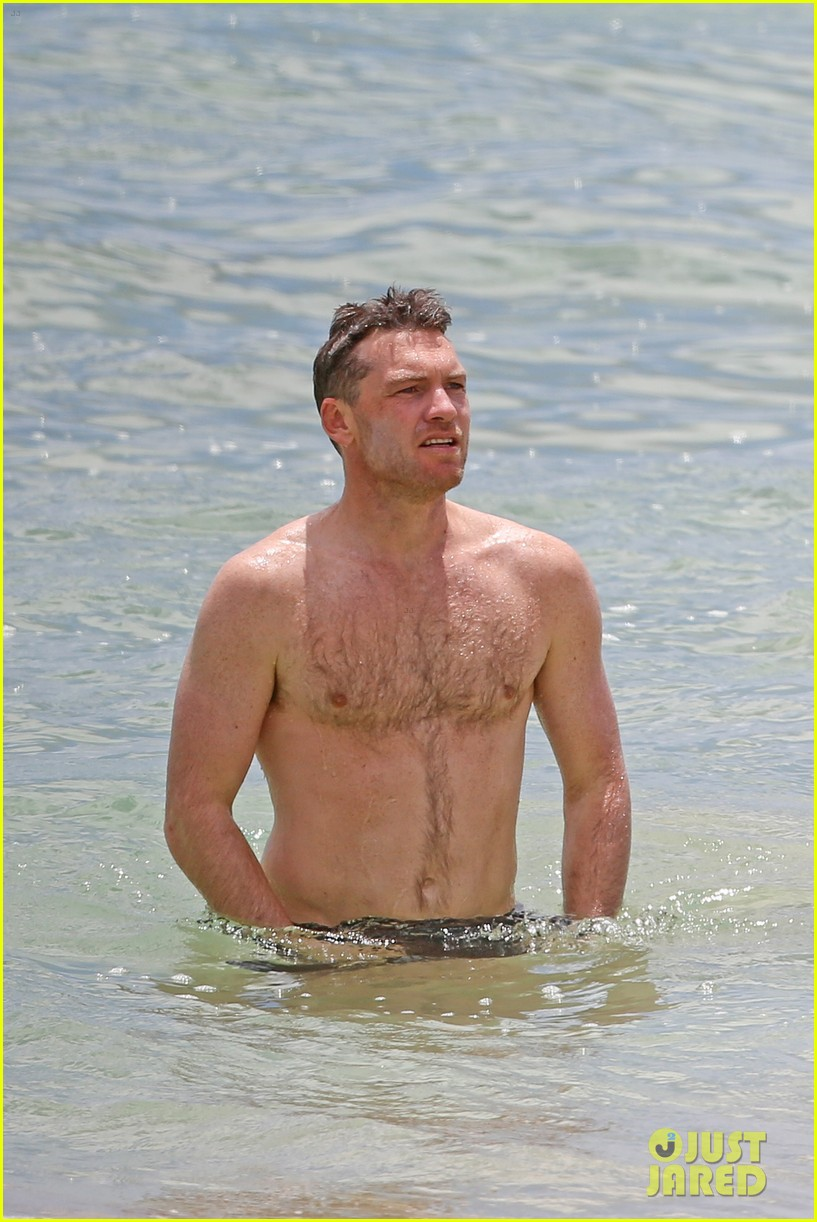sam worthington lara bingle show off beach bodies in hawaii 243185745