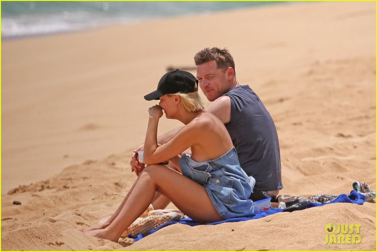 sam worthington lara bingle show off beach bodies in hawaii 253185746