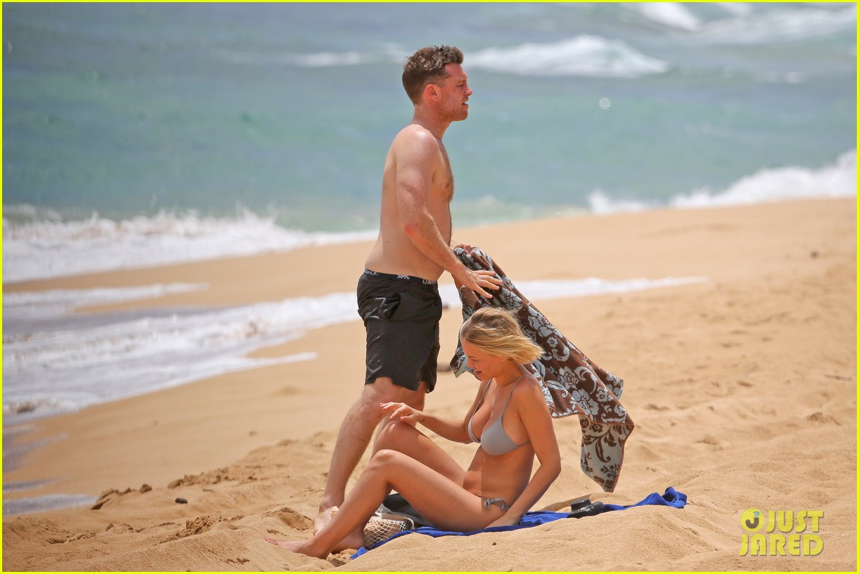 sam worthington lara bingle show off beach bodies in hawaii 263185747