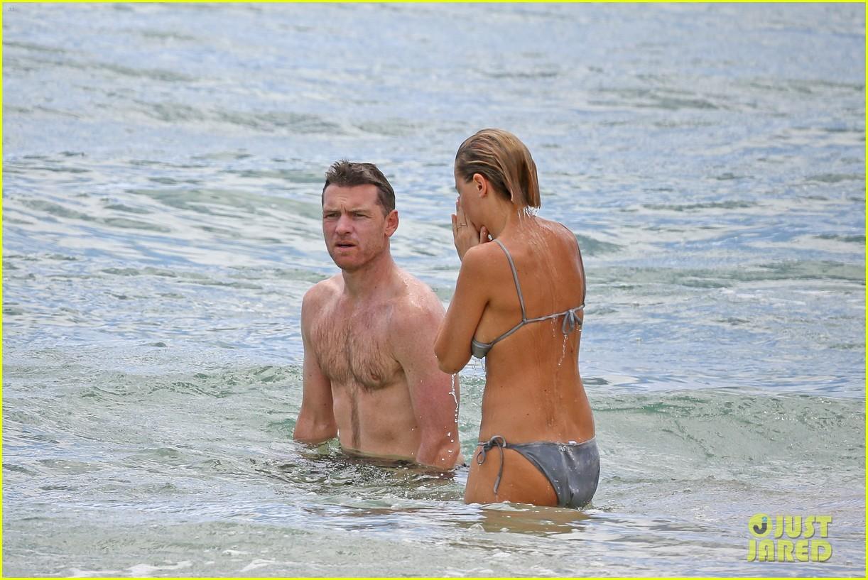 sam worthington lara bingle show off beach bodies in hawaii 273185748