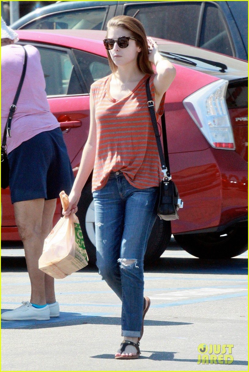 anna kendrick striped shirt starbucks 053202713