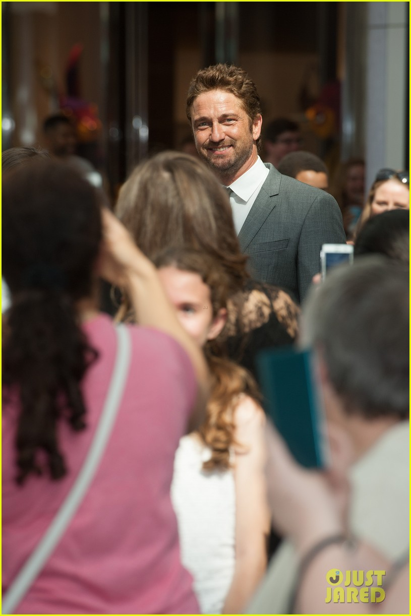 gerard butler unveiled as face of boss bottled 04