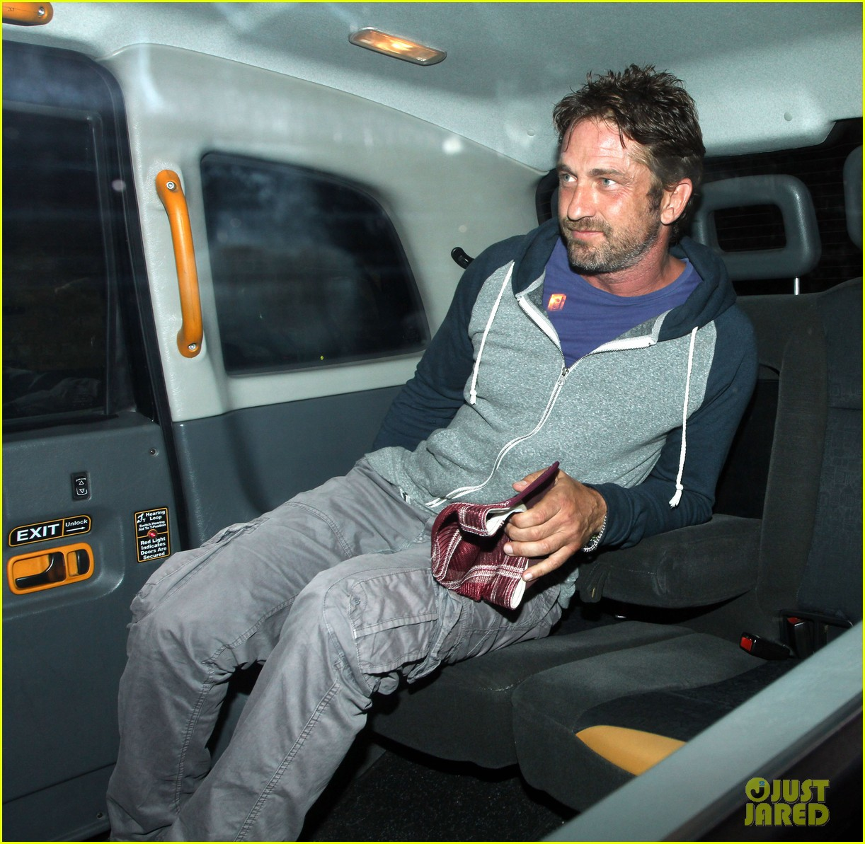 gerard butler treats himself to casaul chiltern night out 05