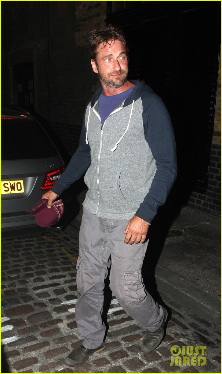 gerard butler treats himself to casaul chiltern night out 083189765