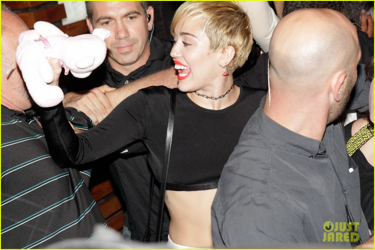 miley cyrus bares her abs for girls night out 013206827