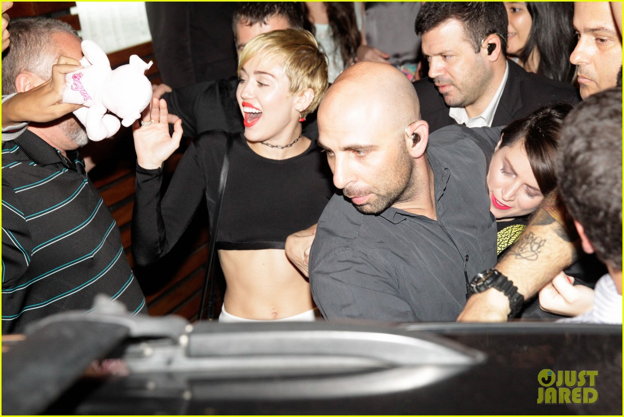 miley cyrus bares her abs for girls night out 053206831