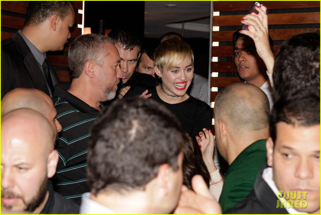 miley cyrus bares her abs for girls night out 063206832