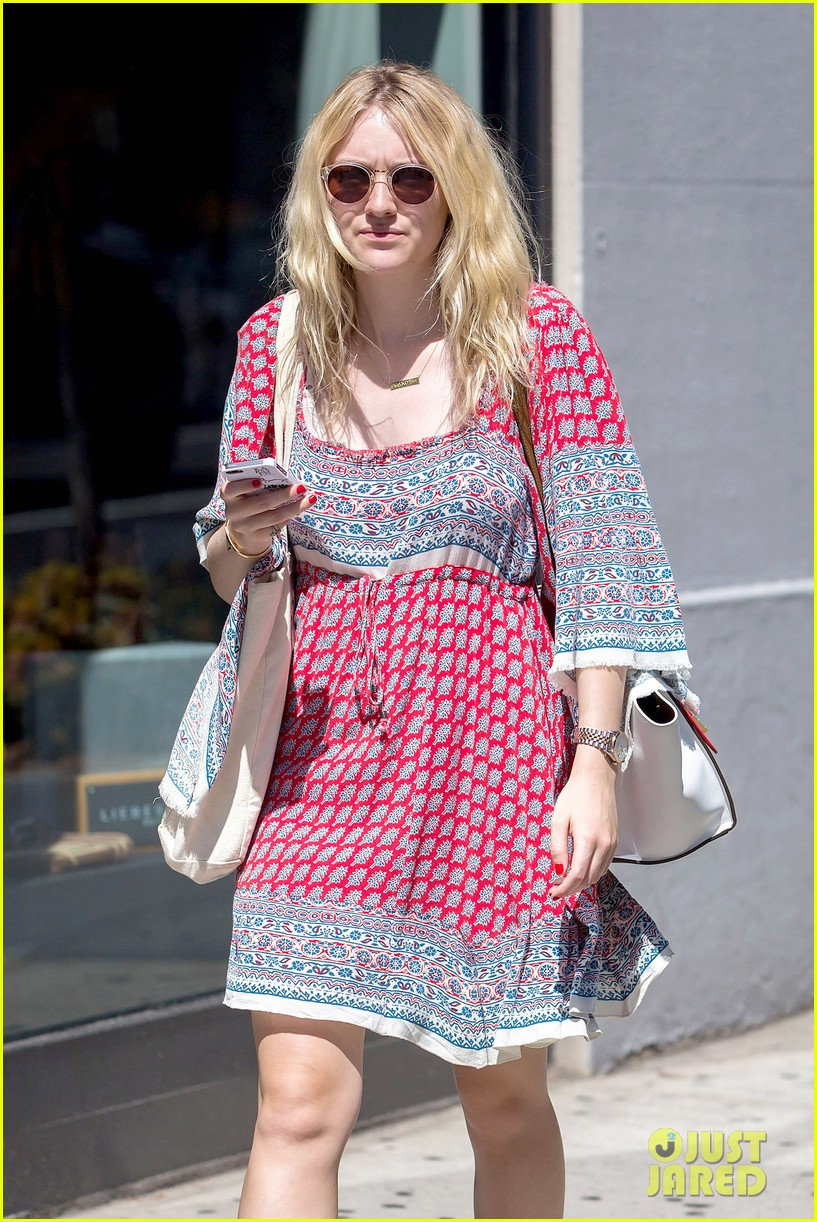 dakota fanning tries to live a normal life 023188735