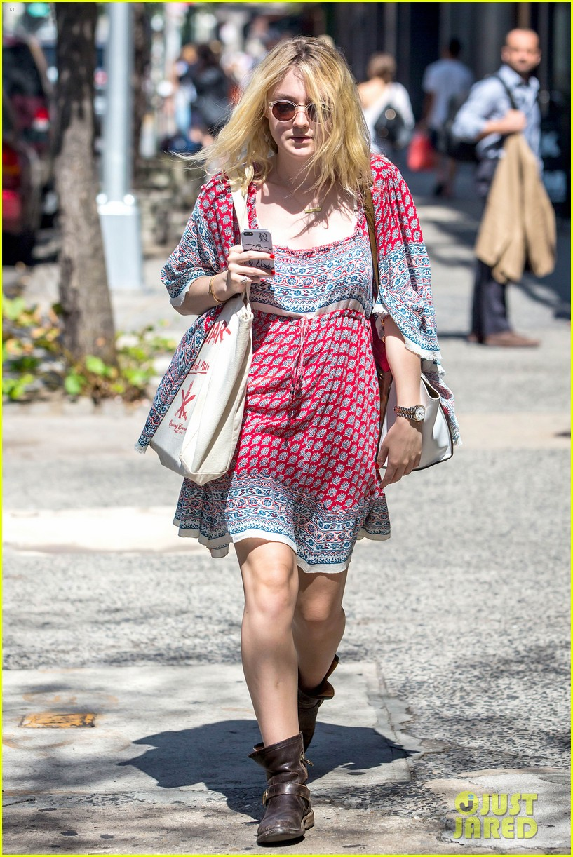 dakota fanning tries to live a normal life 033188736