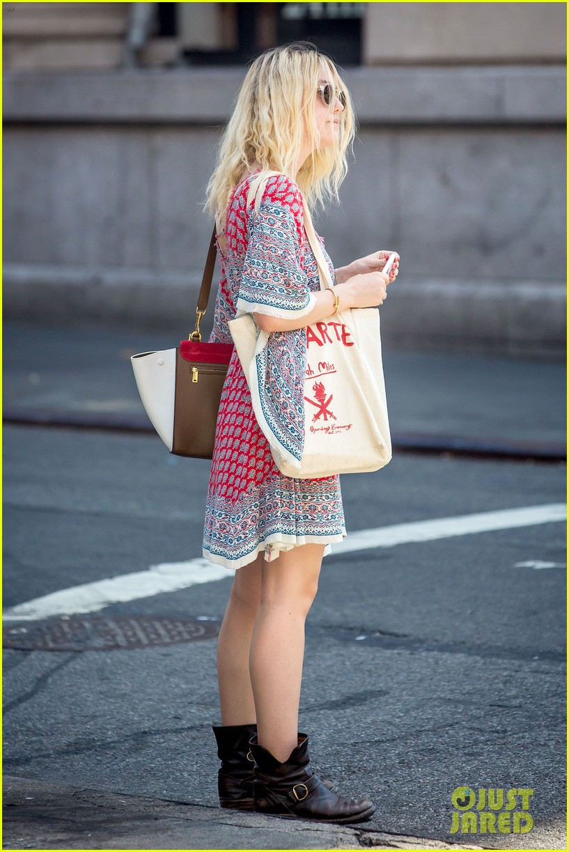 dakota fanning tries to live a normal life 053188738