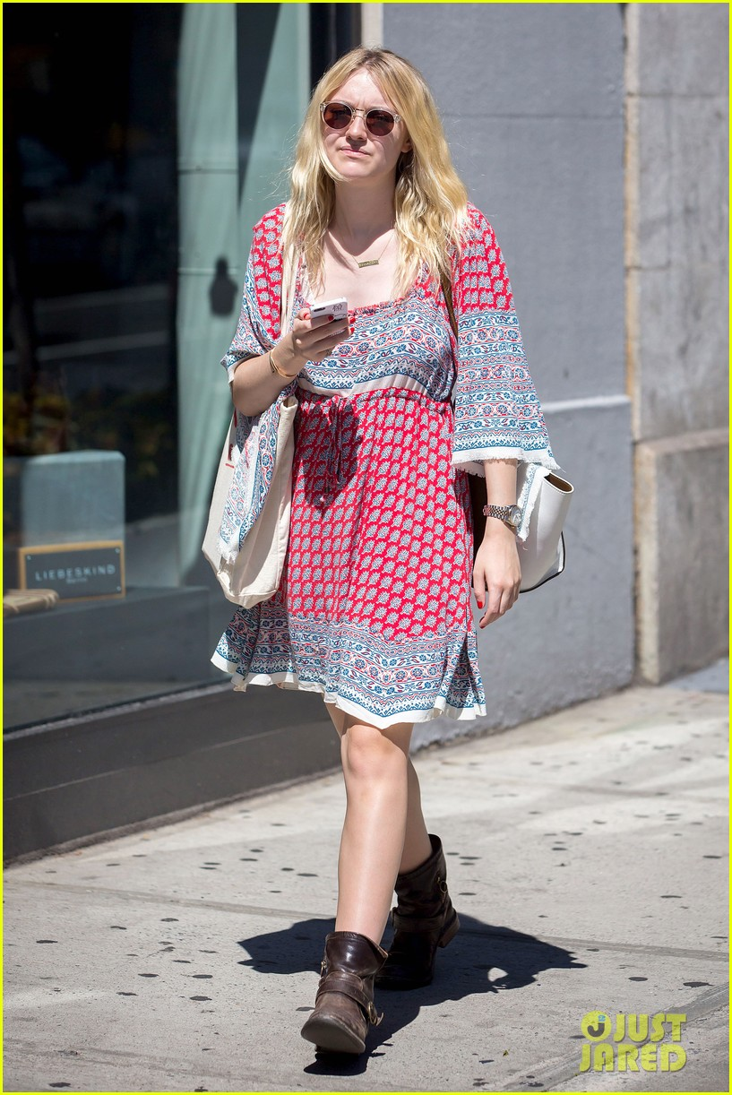 dakota fanning tries to live a normal life 063188739