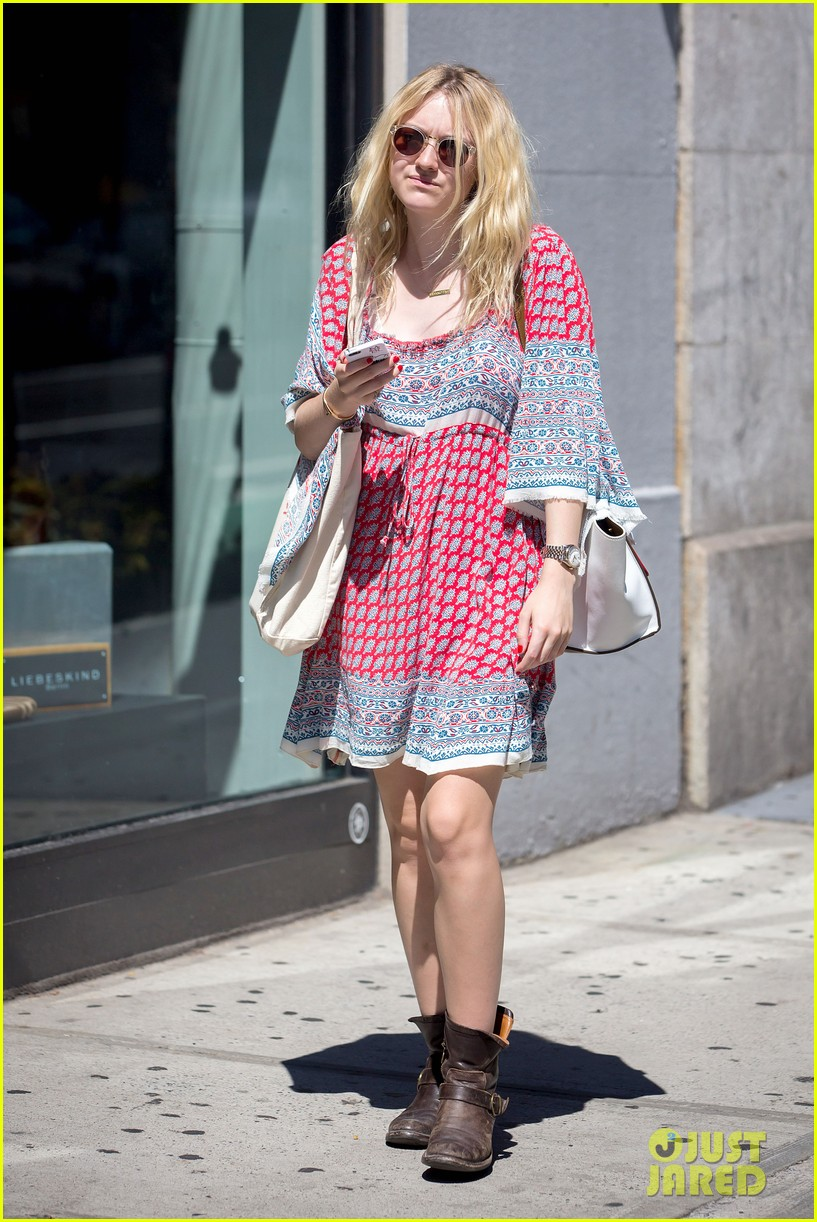 dakota fanning tries to live a normal life 083188741
