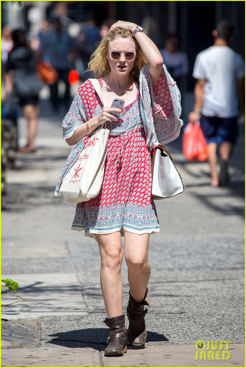 dakota fanning tries to live a normal life 093188742